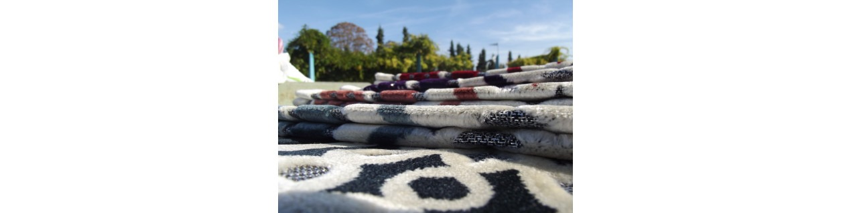 Tapis de Prière en Velours - fond sable - contour coloré - motifs géométriques