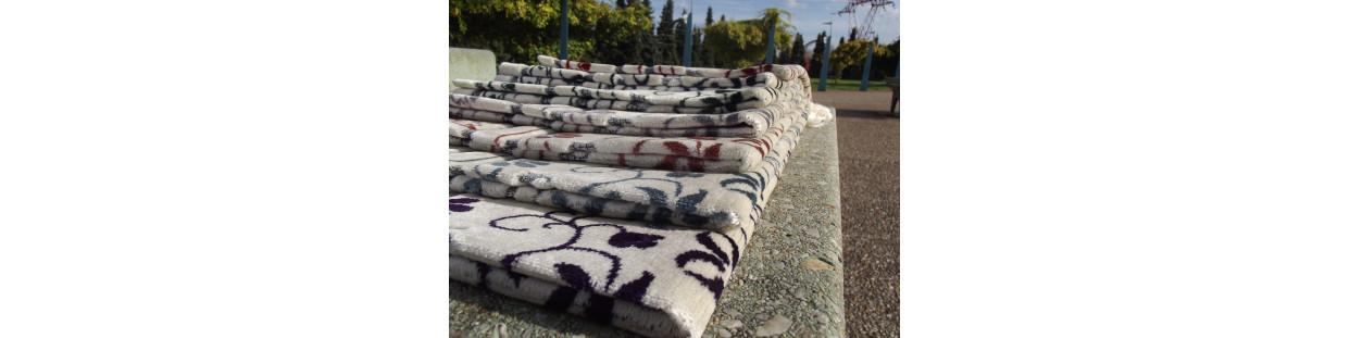 Tapis de Prière en Velours - fond sable - contour coloré - motifs jardin
