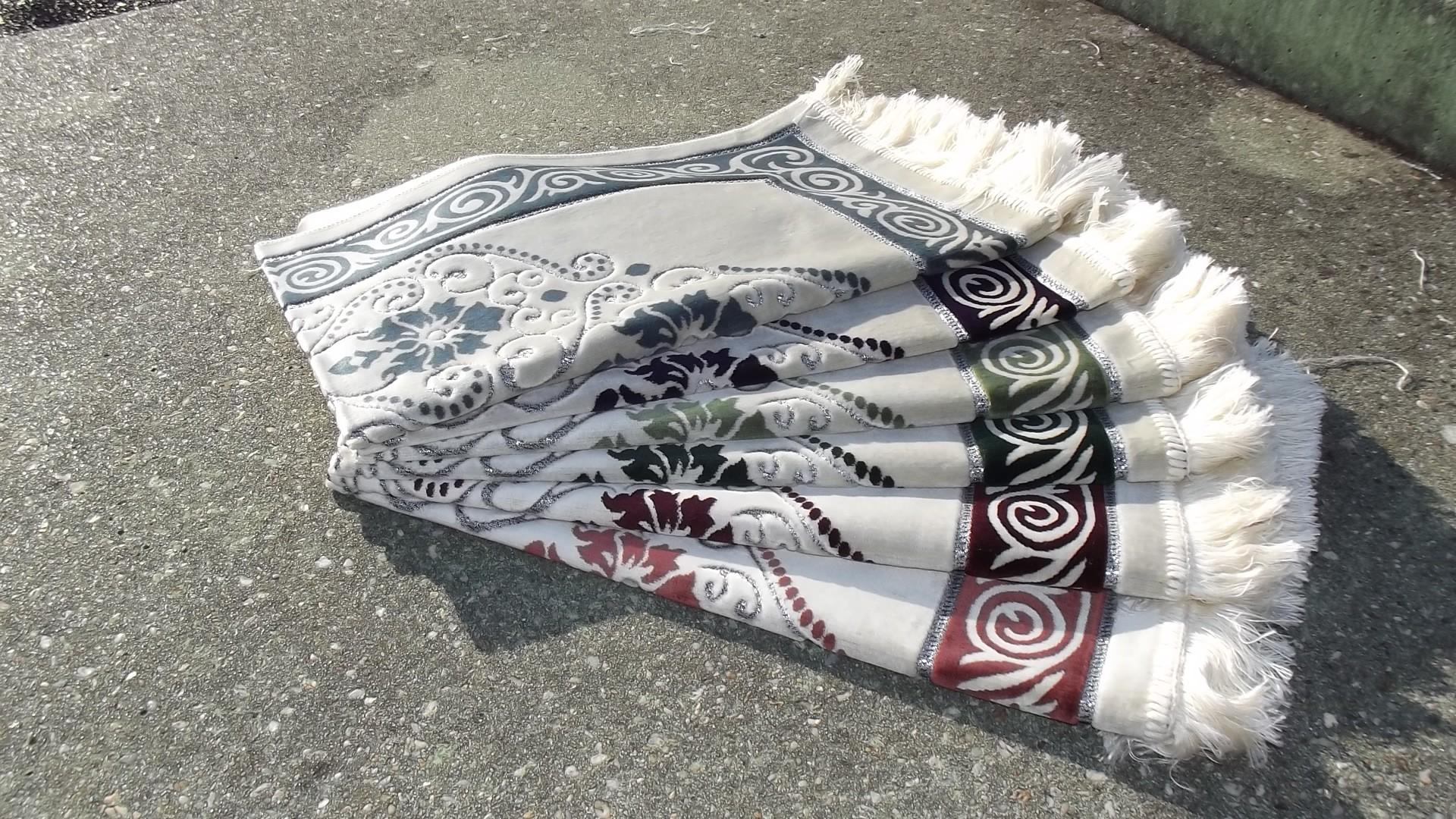 Tapis de Prière en Velours - fond sable - contour coloré - motifs Fleurs